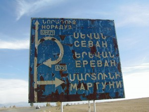 Sevan Highway sign in Armenia par Thomas Frederick Martinez (CC 2.0)