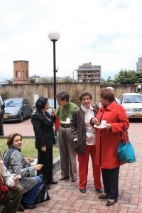 """Participants au symposium """"Vamos a hacer memoria"""", au premier plan la directrice de la bibliothèque d'Antioche, Gloria Inés Palomino Londoño (22-25 septembre 2009, Bogotá, Colombie)"""