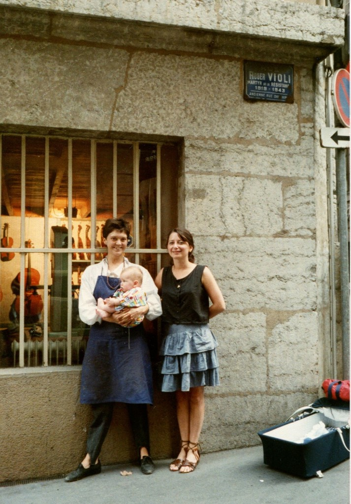 La luthière Anne Houssay devant son atelier Son-couleur à Lyon en 1989 (coll. Anne Houssay)