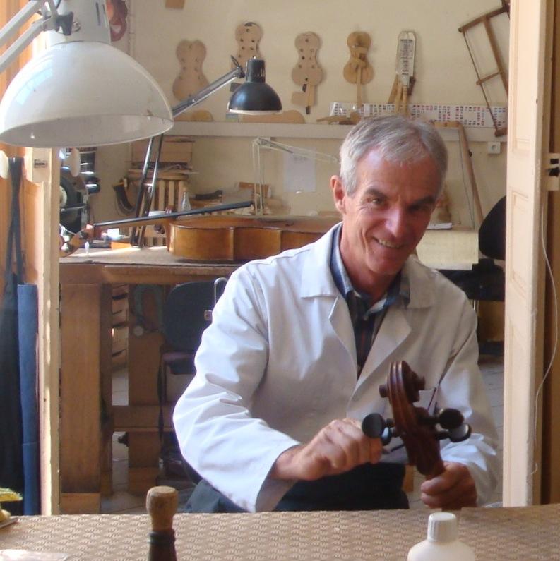 Le luthier Charles-Luc Hommel dans son atelier à Marseille (5 mai 2014, cliché Hélène Claudot-Hawad)