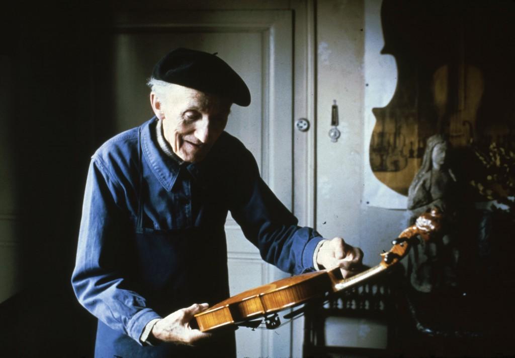 Le luthier Gustave Villaume, Mirecourt, 1982 (cliché B. Lesaing)