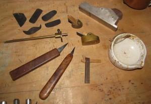 Les outils d'Anne Houssay (canifs, rabots, trusquin, racloirs), cliché A. Houssay