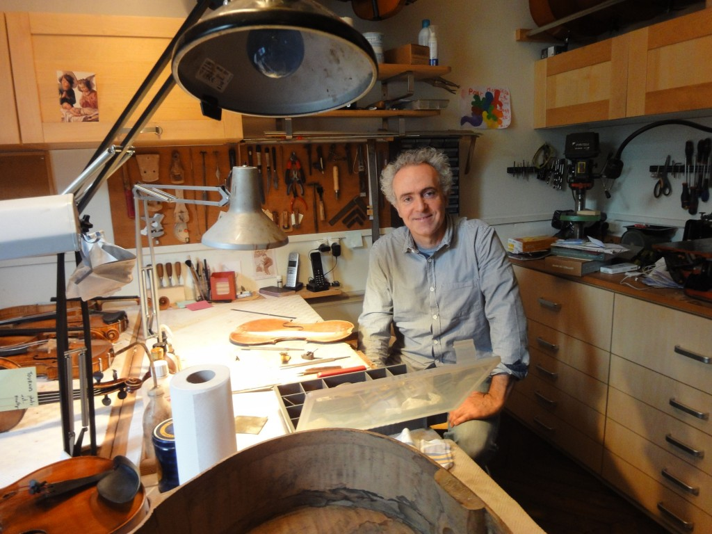 Pierre Caradot dans son atelier de la rue de Rome à Paris