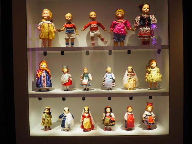 Vitrine de poupées russes au musée de Neuchâtel