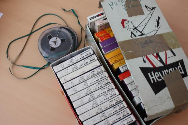Traitement audiovisuel : Photographie du dépôt d'un fonds sonore constitué de bandes analogiques, vue 1. 2013-04-10 Loukou Eleni